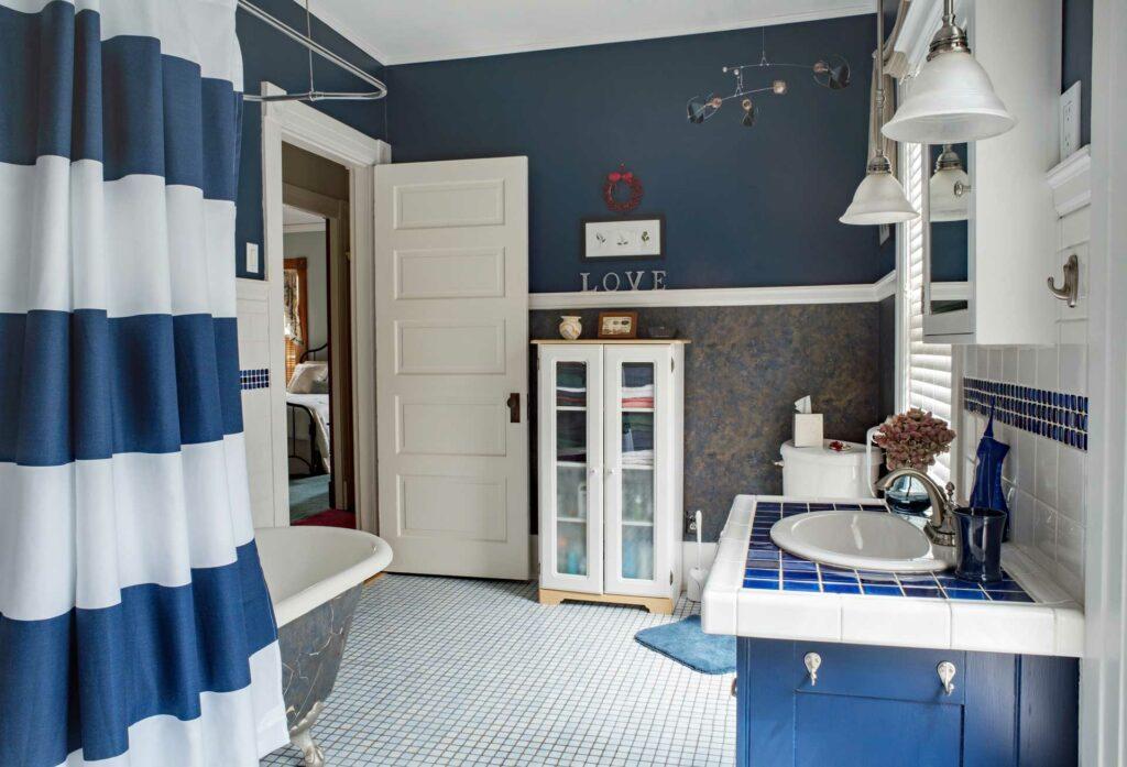 Im Bad: neuer Duschvorhang für große Veränderung